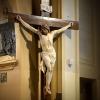Les pieds meurtris du Christ en croix