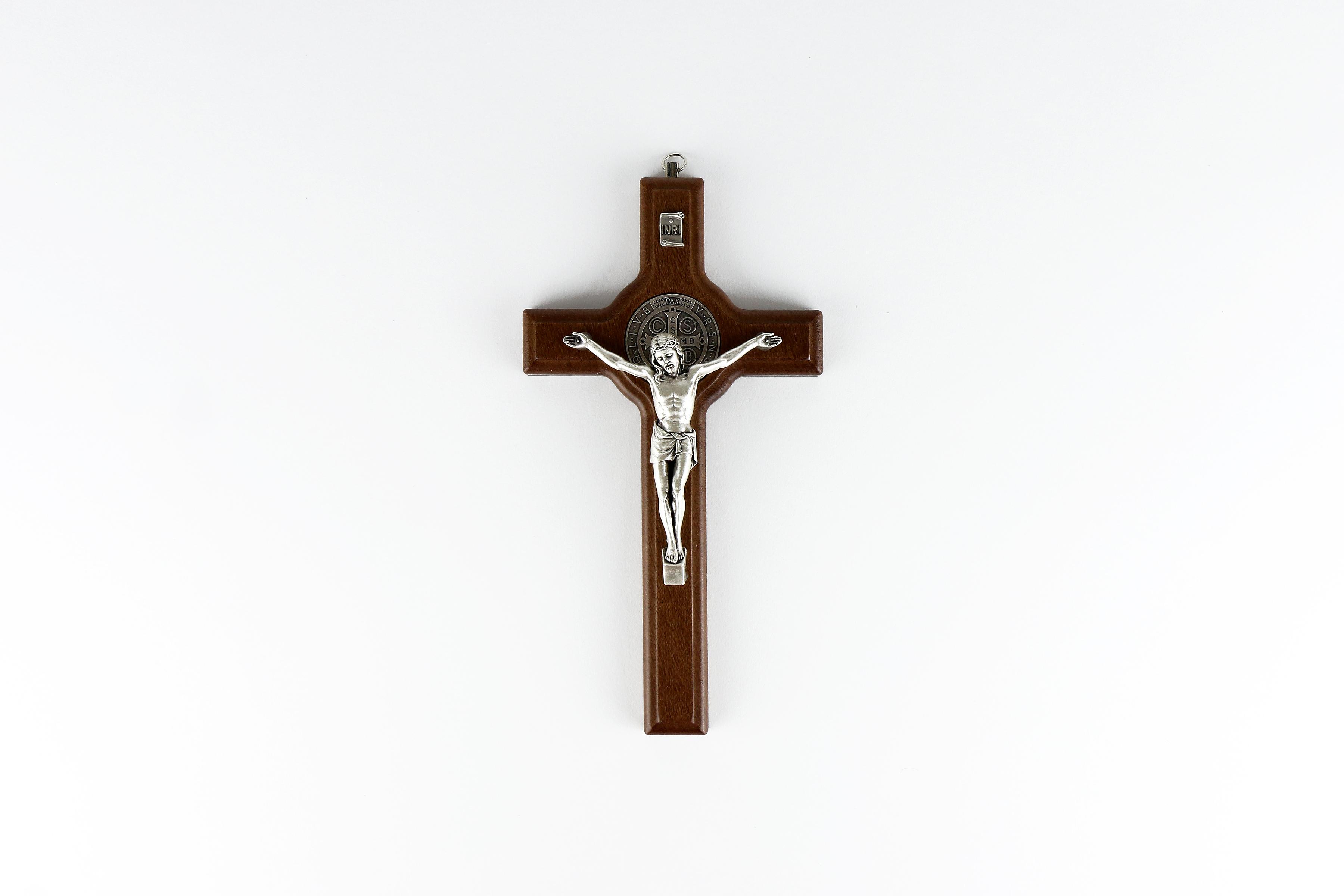 Crucifix mural de saint Benoît en bois foncé / Wooden crucifix of Saint Benedict