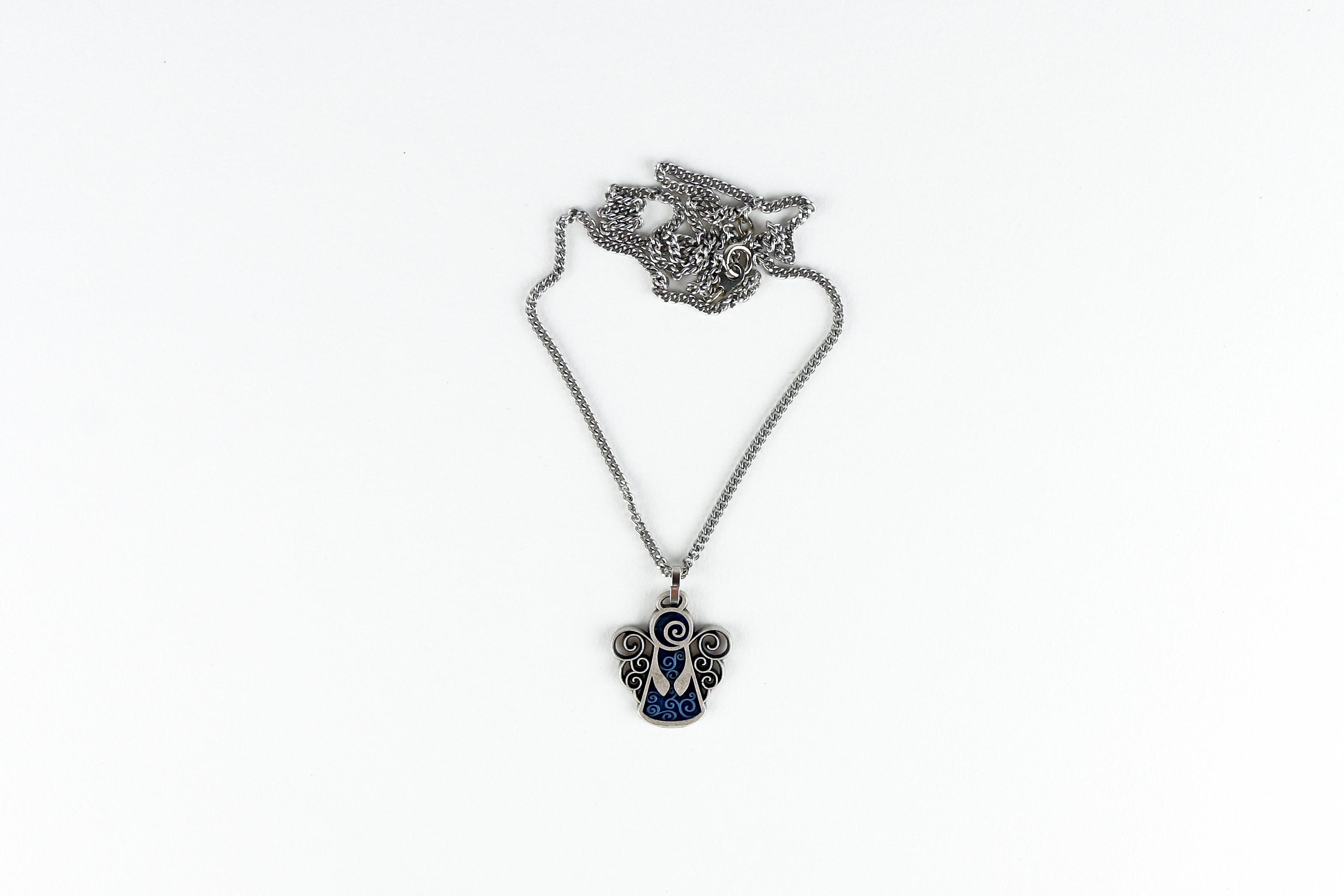 Chaîne et pendentif en forme d'ange / Angel pendant with chain
