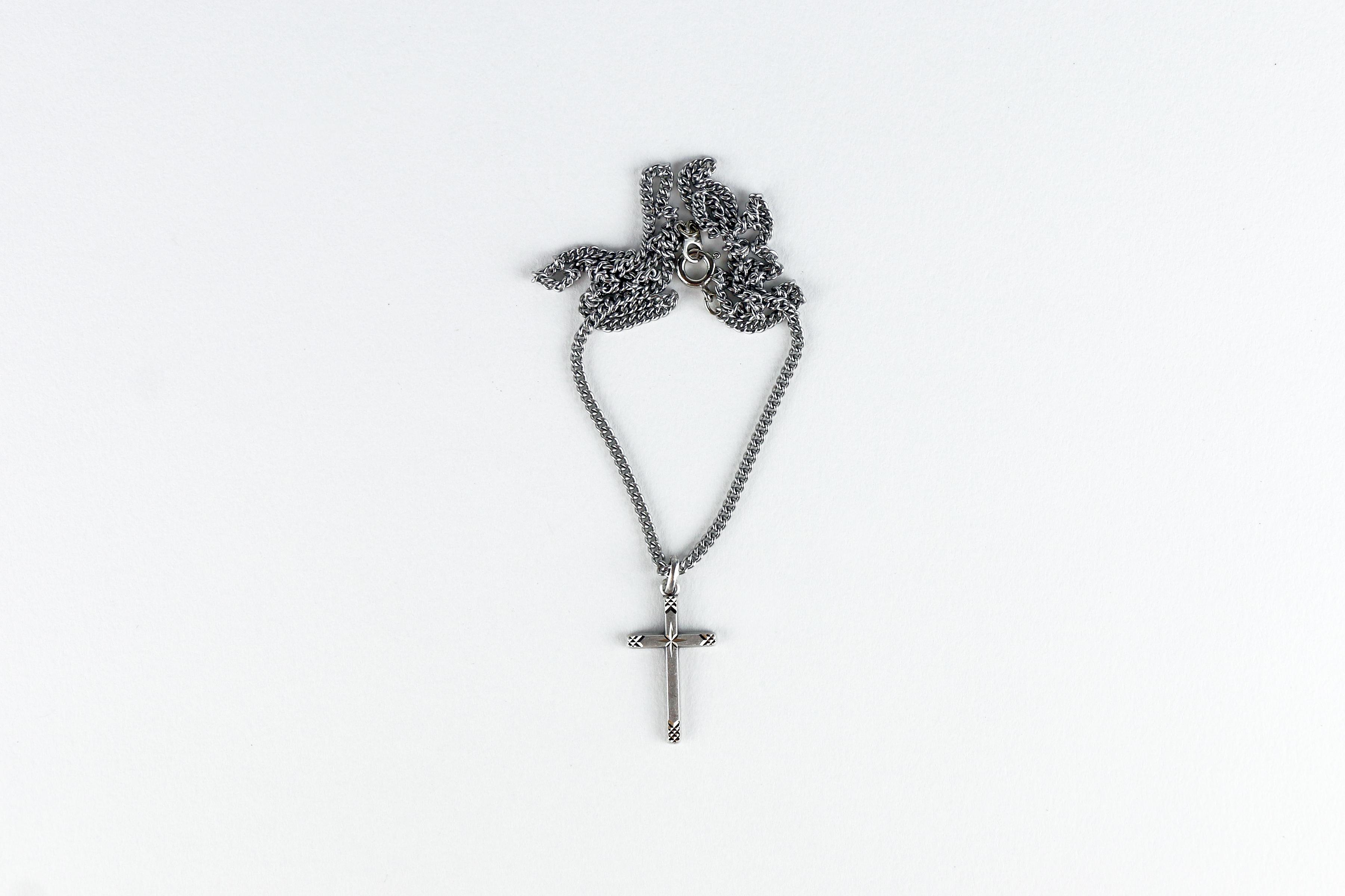 Chaîne et croix étoilée en étain / Tin cross and chain