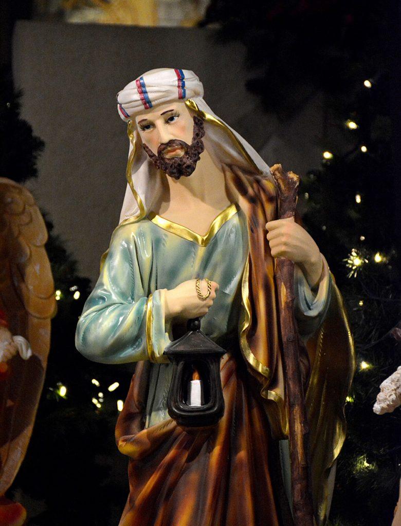 Joseph en tenue de service. Il porte souvent une lampe pour éclairer Marie et Jésus.