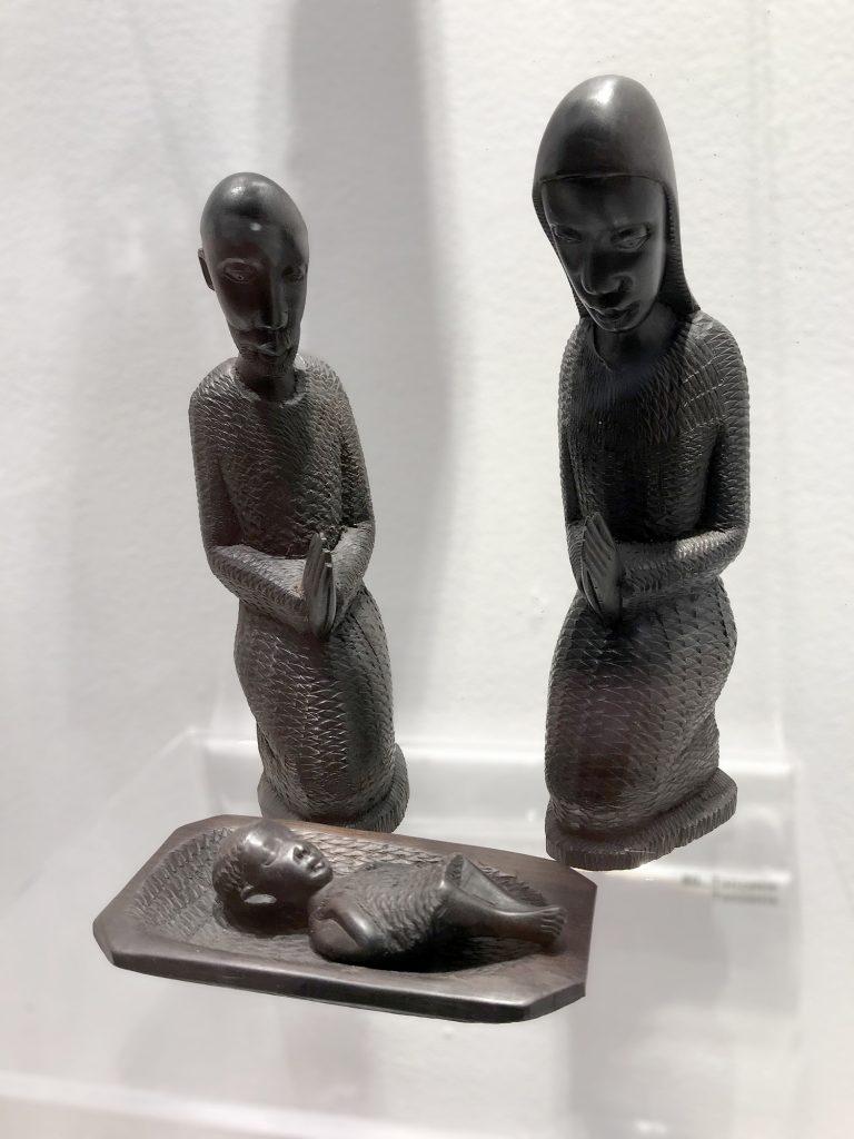 Joseph semble se joindre à Marie pour contempler le mystère.