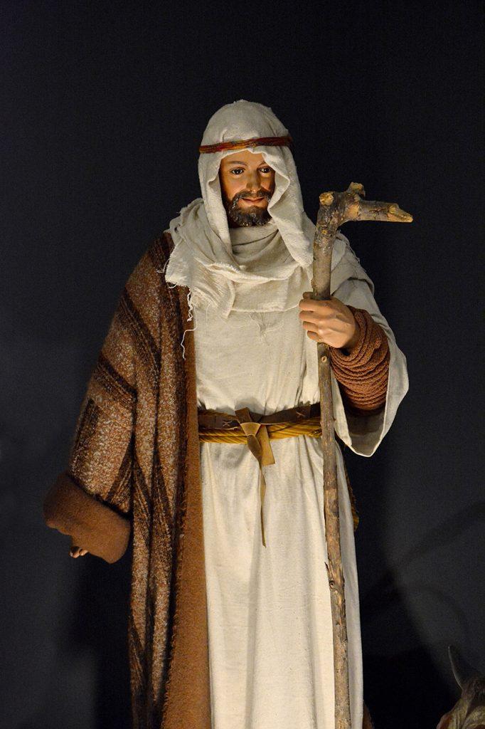 Joseph pèlerin avec son bâton de marche