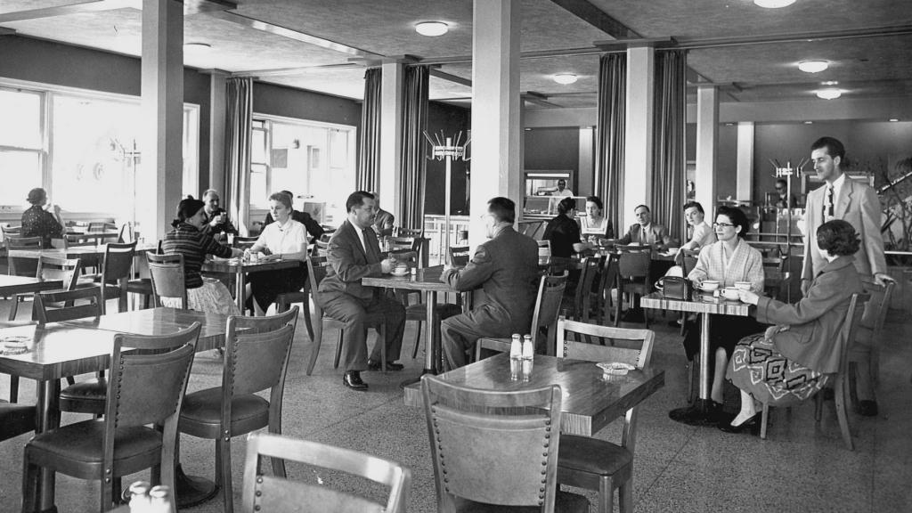 Une vue de l'une des salles à manger de la nouvelle cafétéria, après 1954. Archives de l'Oratoire Saint-Joseph du Mont-Royal