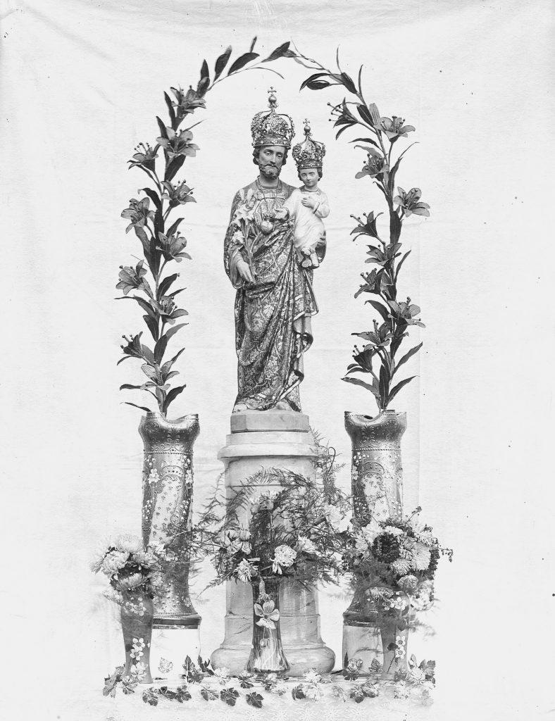 Saint Joseph couronné et entouré de fleurs