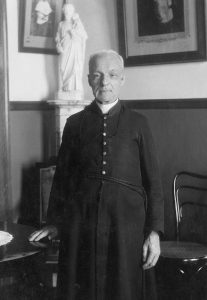 Saint frère André, c.s.c., devant une statue de saint Joseph. Vers 1930, photographe inconnu. Archives